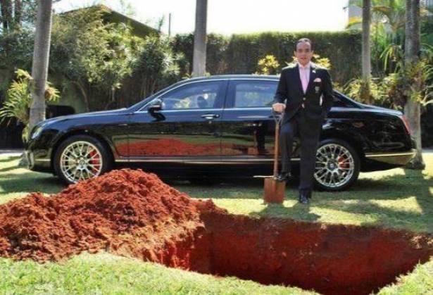 حفر قبراً لدفن سيارته الفاخرة.. والسبب لا يصدّق!