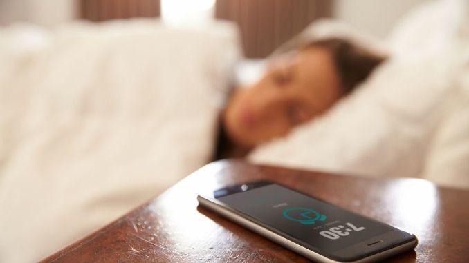 تحذيرات صحية من مخاطر النوم قرب الهاتف