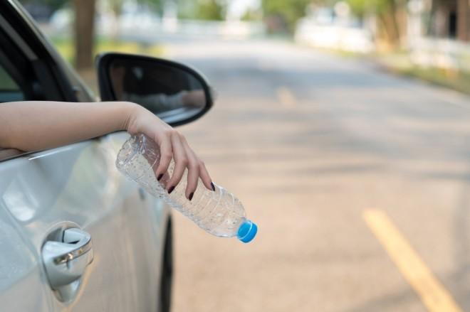 9a578906c ما حقيقة مخالفة رمي النفايات من نوافذ السيارات؟